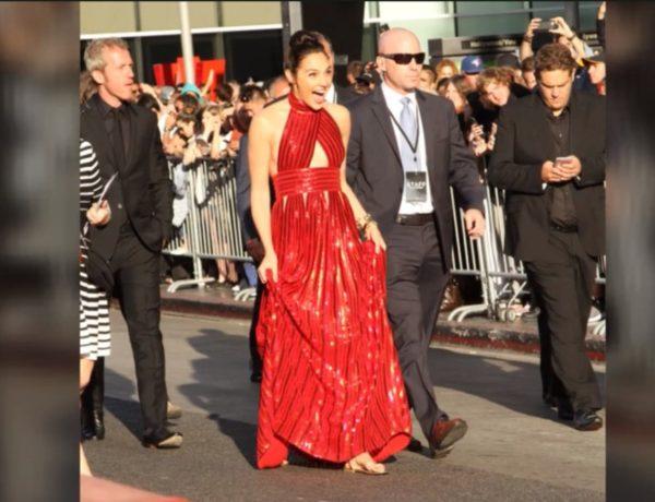 glumica na crvenom tepihu u sandalama