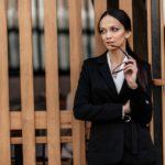 Zašto našminkana i savršeno odjevena brineta ima veću šansu za poslovni uspjeh?