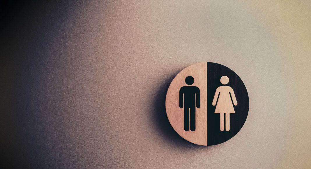 muškarci na wc-u