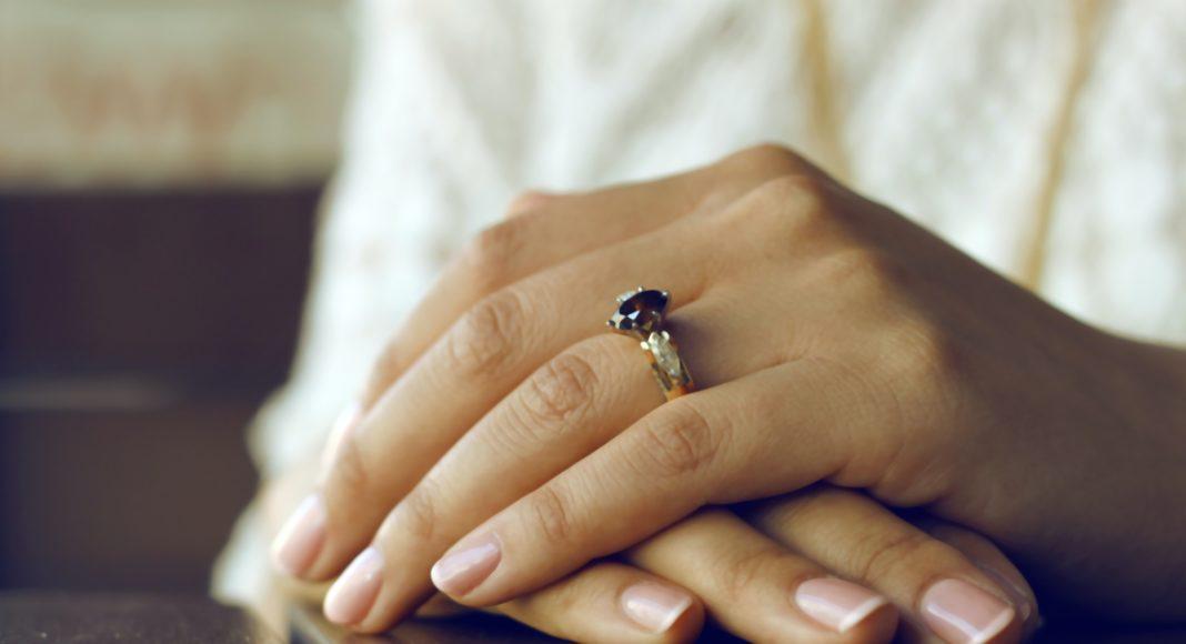 zaručnički prsten na razgovoru za posao